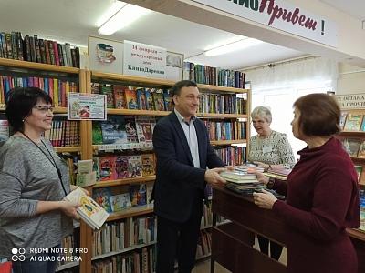 Владимир Афонский подарил книги детской библиотеке